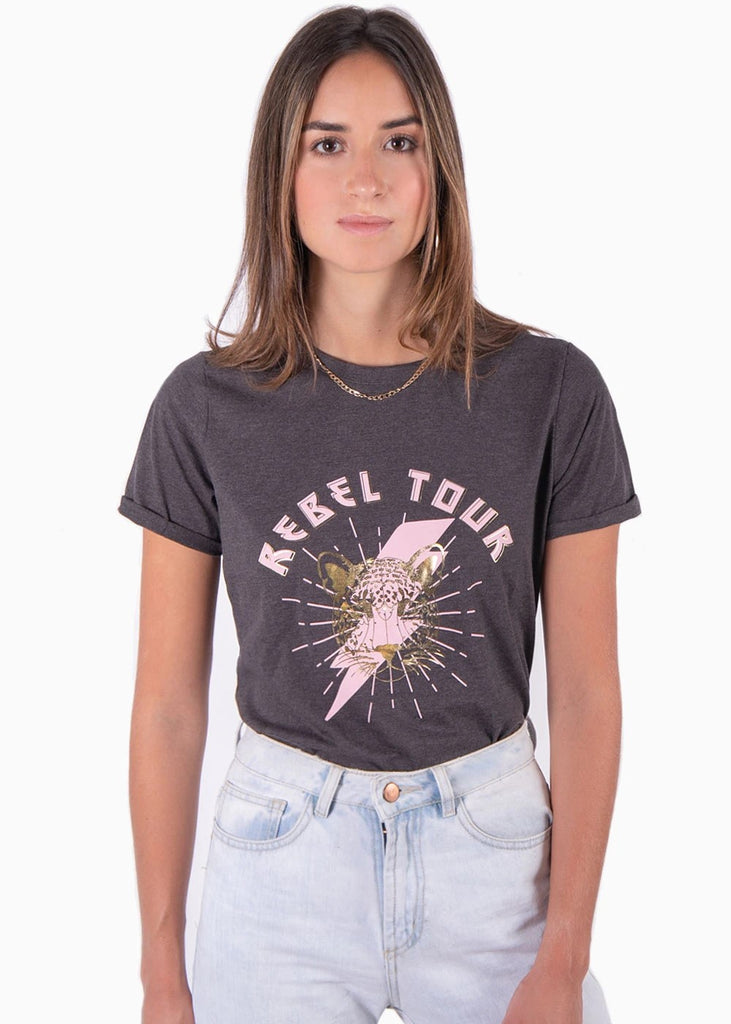 "Camiseta color gris con estampado ""rebel tour"" color rosa, cuello redondo y manga corta para mujer flashy"