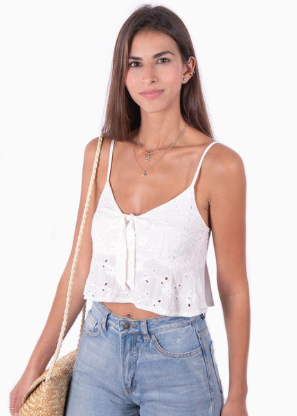 Crop top color blanco marfil de ojalillo con anudado en escote para mujer flashy