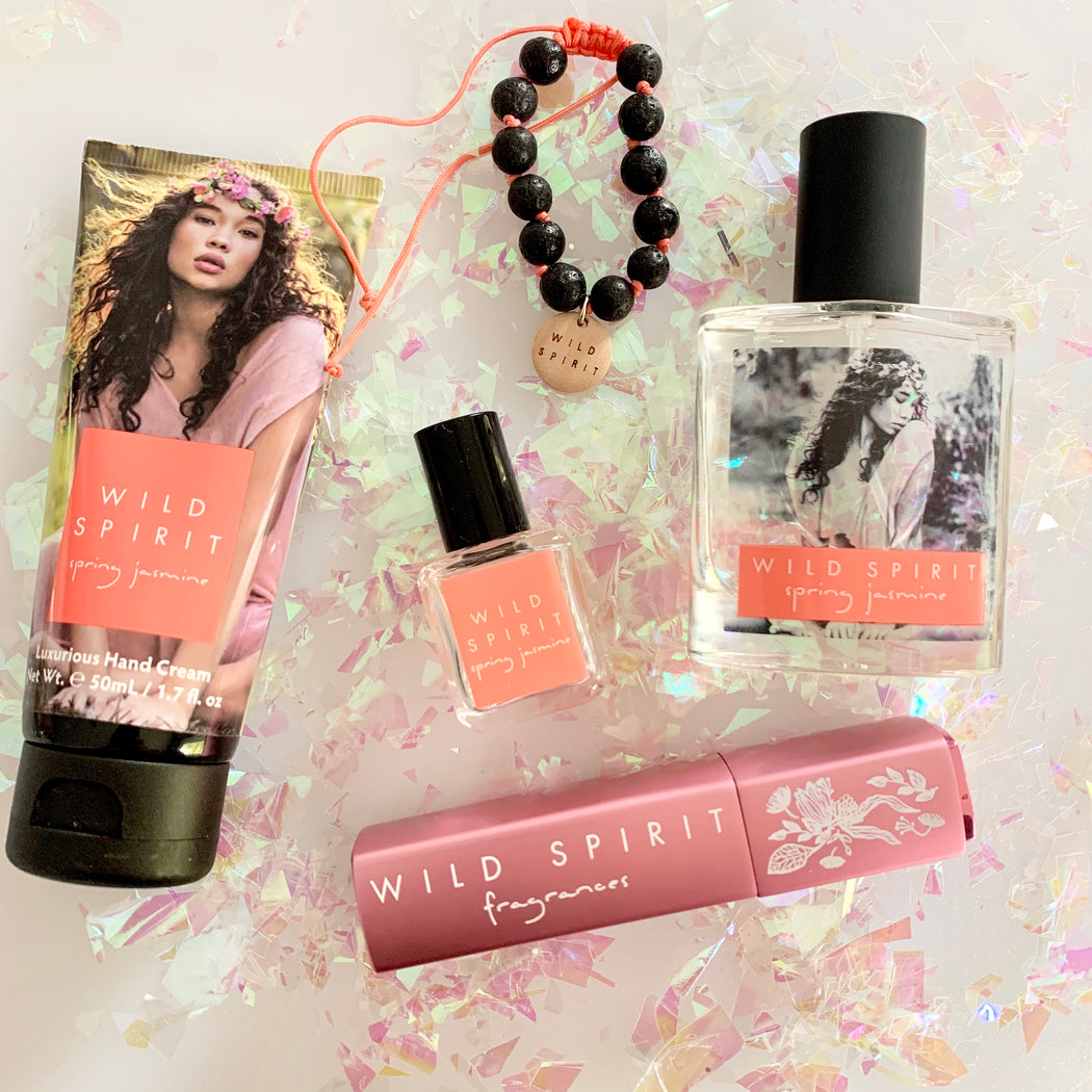 The Spring Jasmine Lovers Perfume Gift Set gives you Spring Jasmine goodness whenever and wherever you need a little flirty touch-up. With a petally white floral creation highlighted by a creamy jasmine signature and enhanced with specialty tea notes, Spring Jasmine is a delicate floral yet fresh scent.