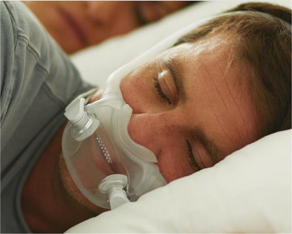 DreamWear Full Face Mask Man With Mask On In Bed