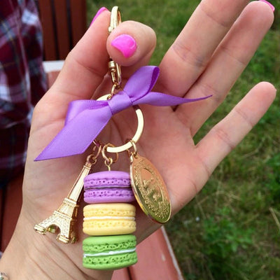 Teenytopia Oh Là Là Macaron Keychain - A chonky clip-on keychain or purse charm adorned with macarons, ribbons, and cute charms, available in an assortment of colours and styles.