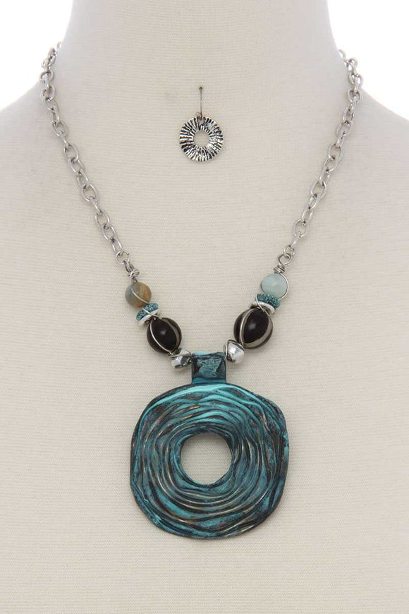 Cutout circle beaded short necklace