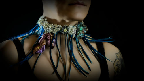 Spicky blue feathers choker