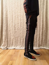Load image into Gallery viewer, Leroyaume pantalon stripe skinny noir porté profil
