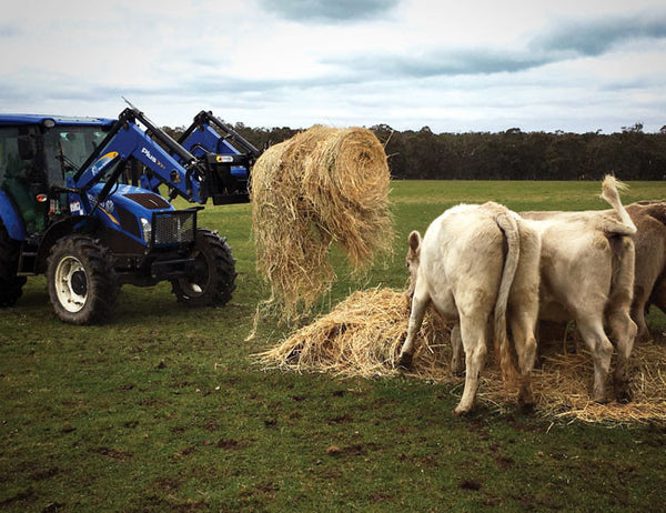 Use hydraulic rotation to unroll round bales with your machine