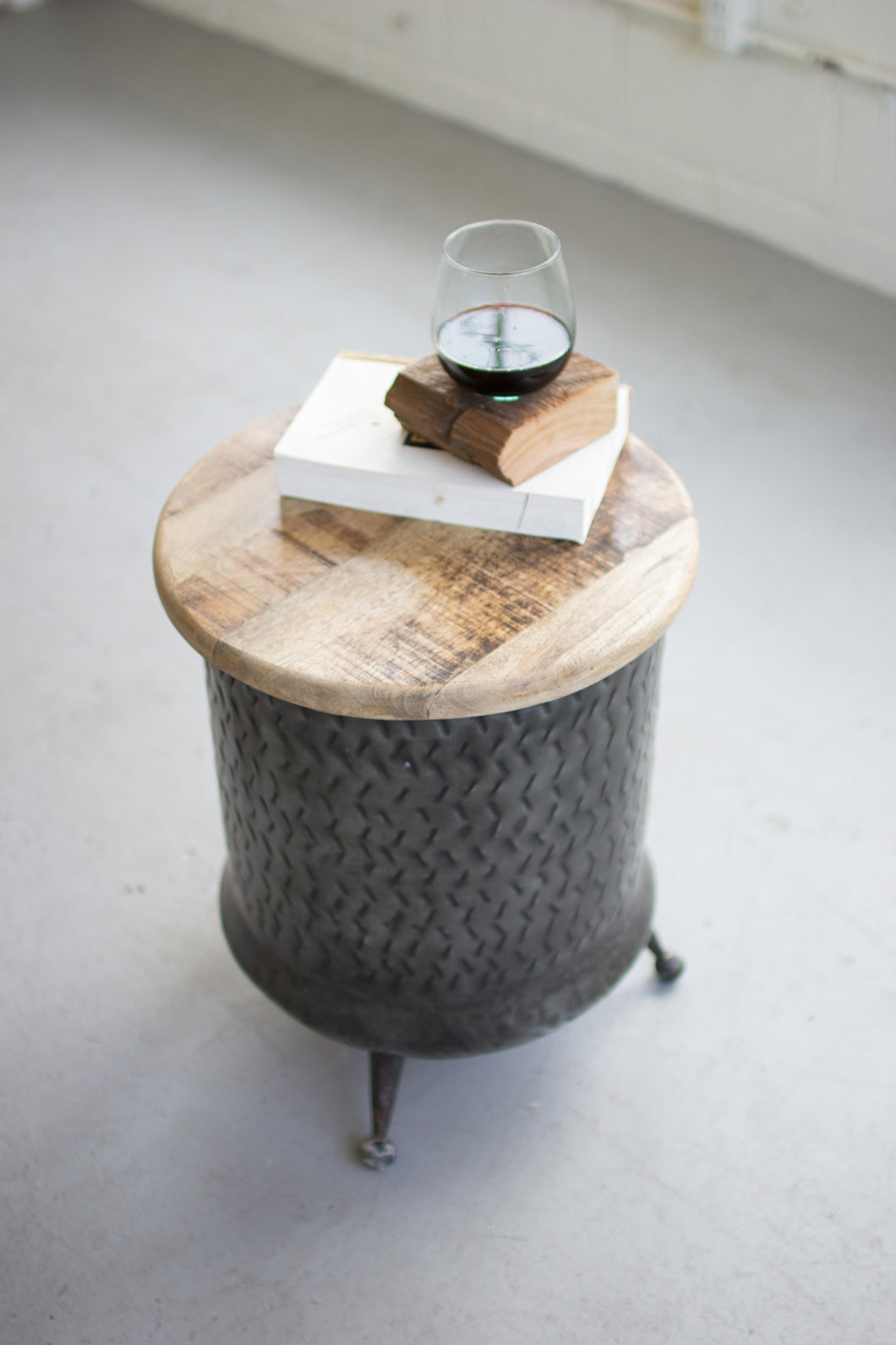 CYLINDER SHAPED METAL SIDE TABLE WITH MANGO WOOD TOP