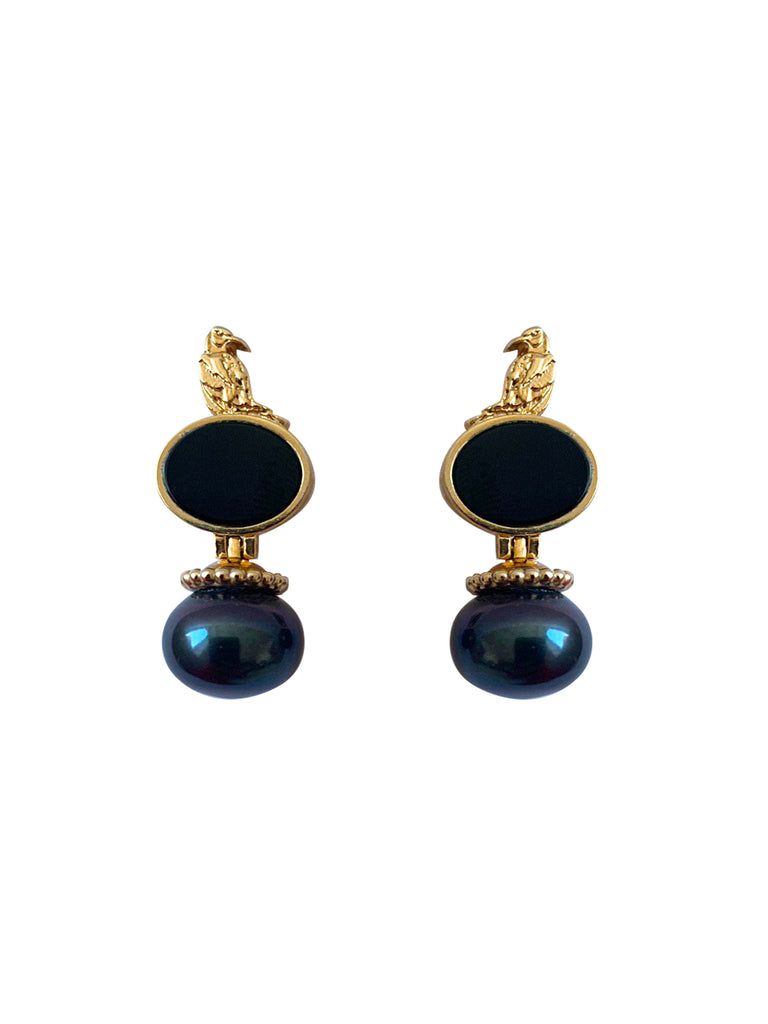 Golden earrings with black pearls