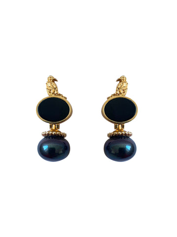 Earrings with black pearls