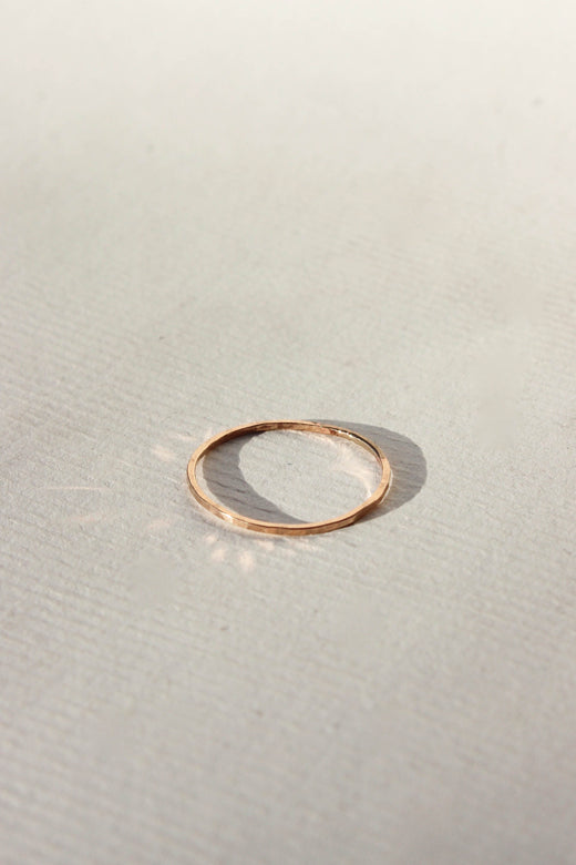 slim hammered ring - gold