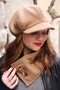 Beige newsboy hat,