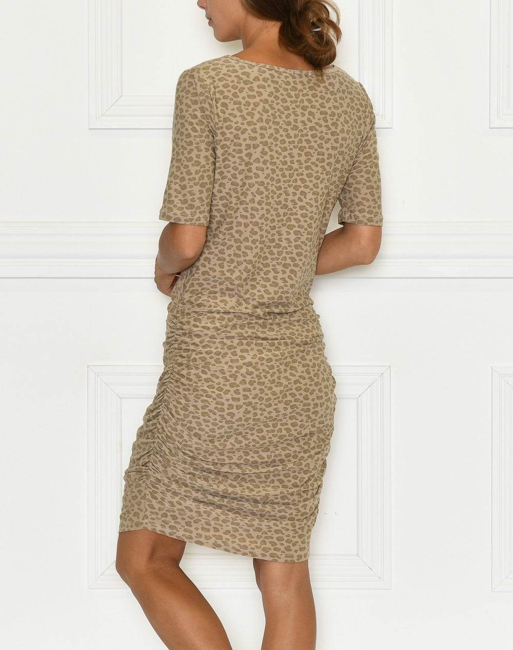 Liberté Alma dress 3 sand leo - Online-Mode