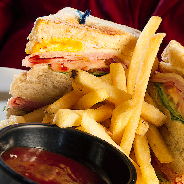 Club Sandwich con papas fritas