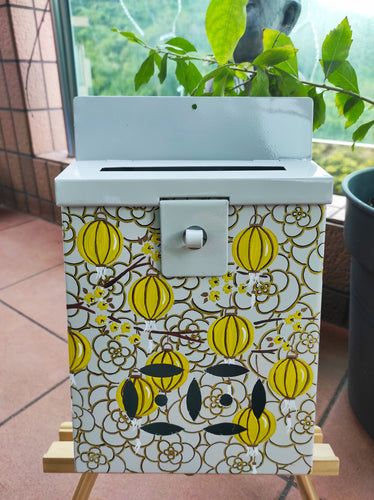 Mailbox : Yellow and Gold Lanterns on a light grey background