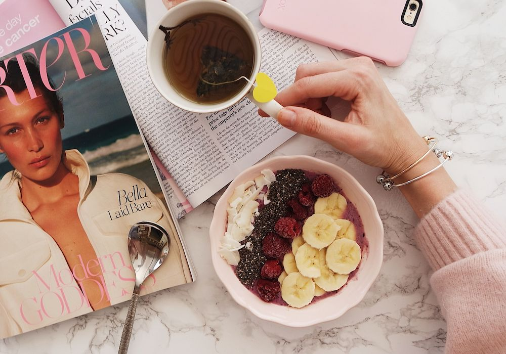Smoothie bowl with magazines