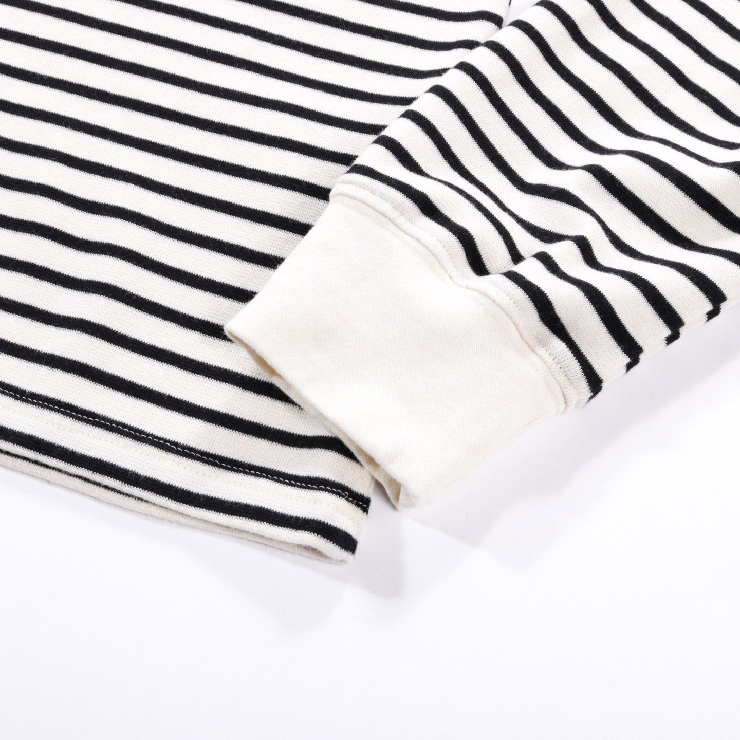 A KIND OF GUISE TRINITY TURTLENECK NAVY STRIPE