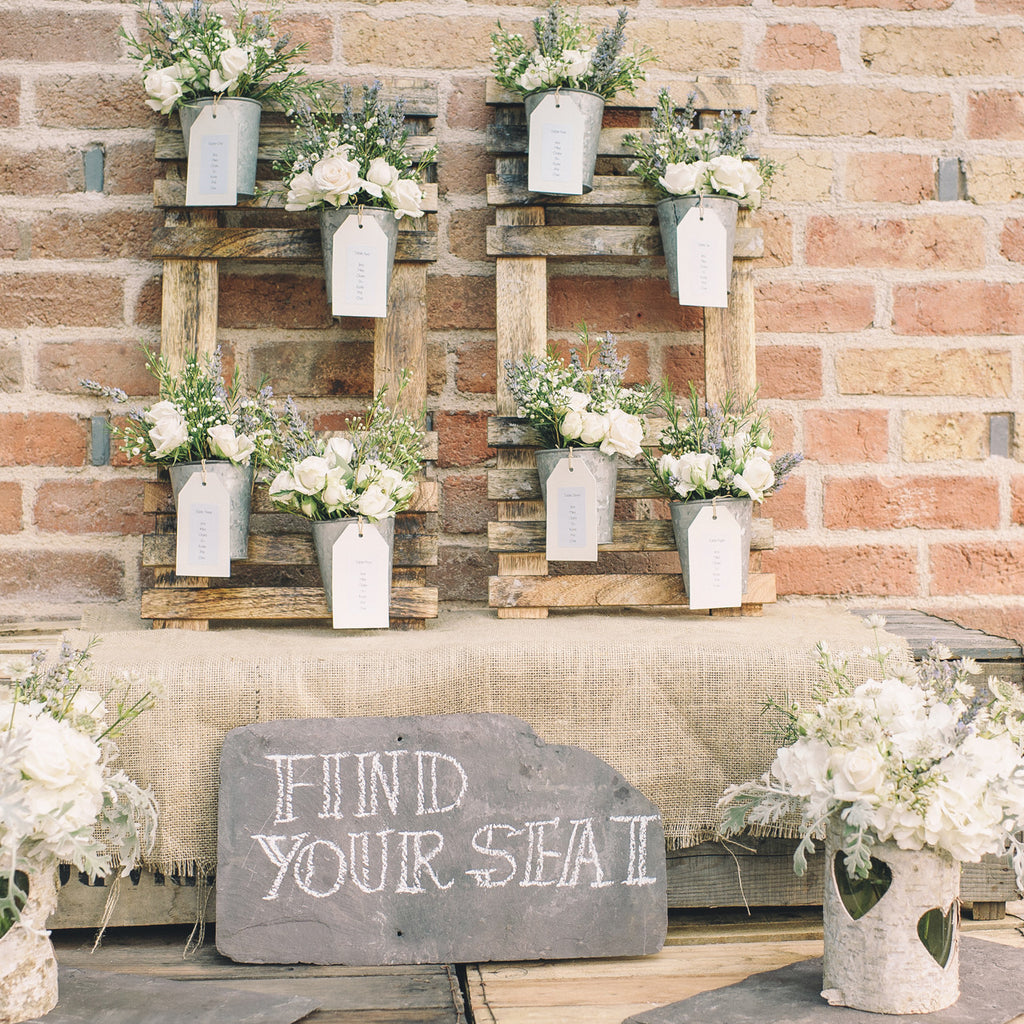 Rustic wedding table plan with flower pots the wedding for Decoration interieur original
