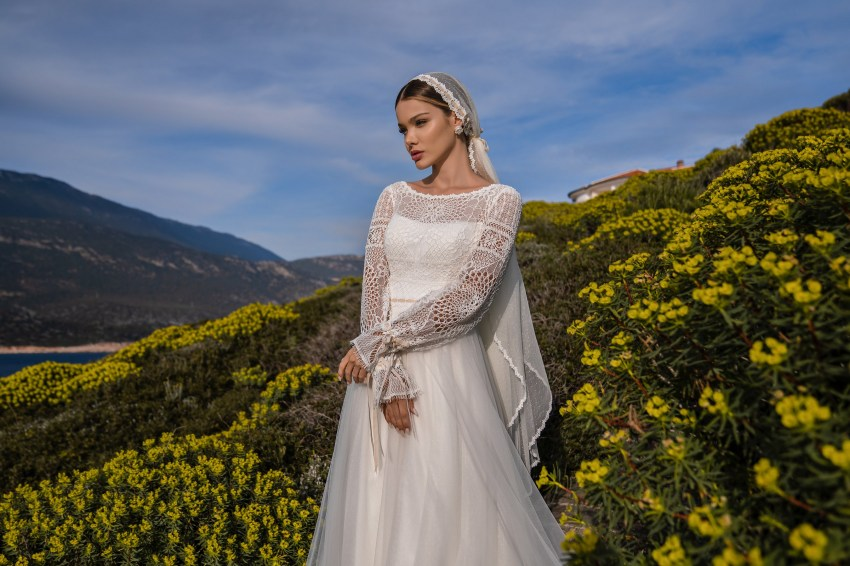 Modest boho wedding dress with long sleeves and a soft skirt with a train. The dress is complemented by a removable inner corset. Sleeves on an original tie with velvet nude ribbon. The same ribbon gracefully emphasizes the waist.