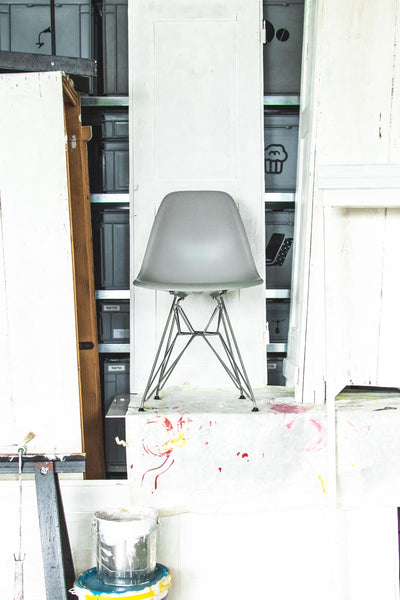 La plastic side chair