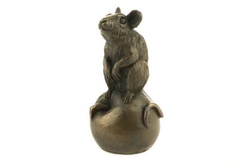 Oriele Cold Cast Bronze Cute Mouse Sitting On Apple Figure Figurine Decoration