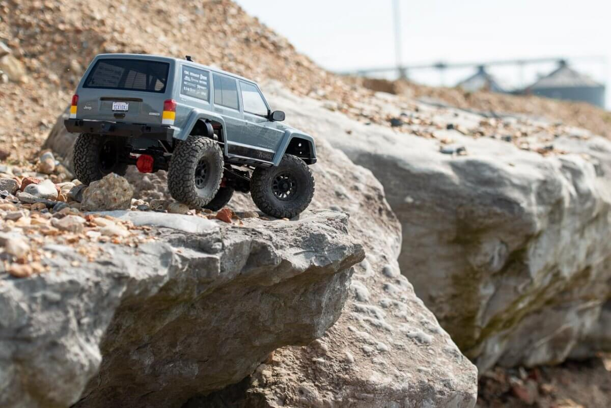 Axial SCX10 II Review Jeep Cherokee cliff edge