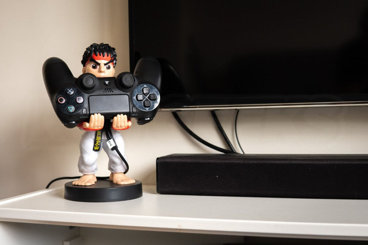Cable-Guys-Ryu-Holding-Games-Controller