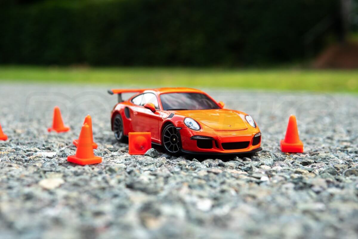 Kyosho-Mini-Z-Posche-911-amongsth-cones