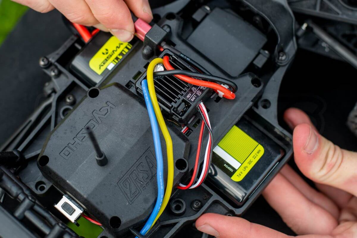 Kyosho Outlaw Rampage Review ESC battery LiPo