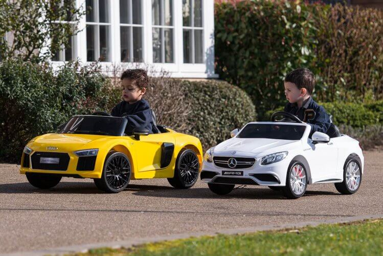 Ride On Cars R8 and Mercedes overtaking