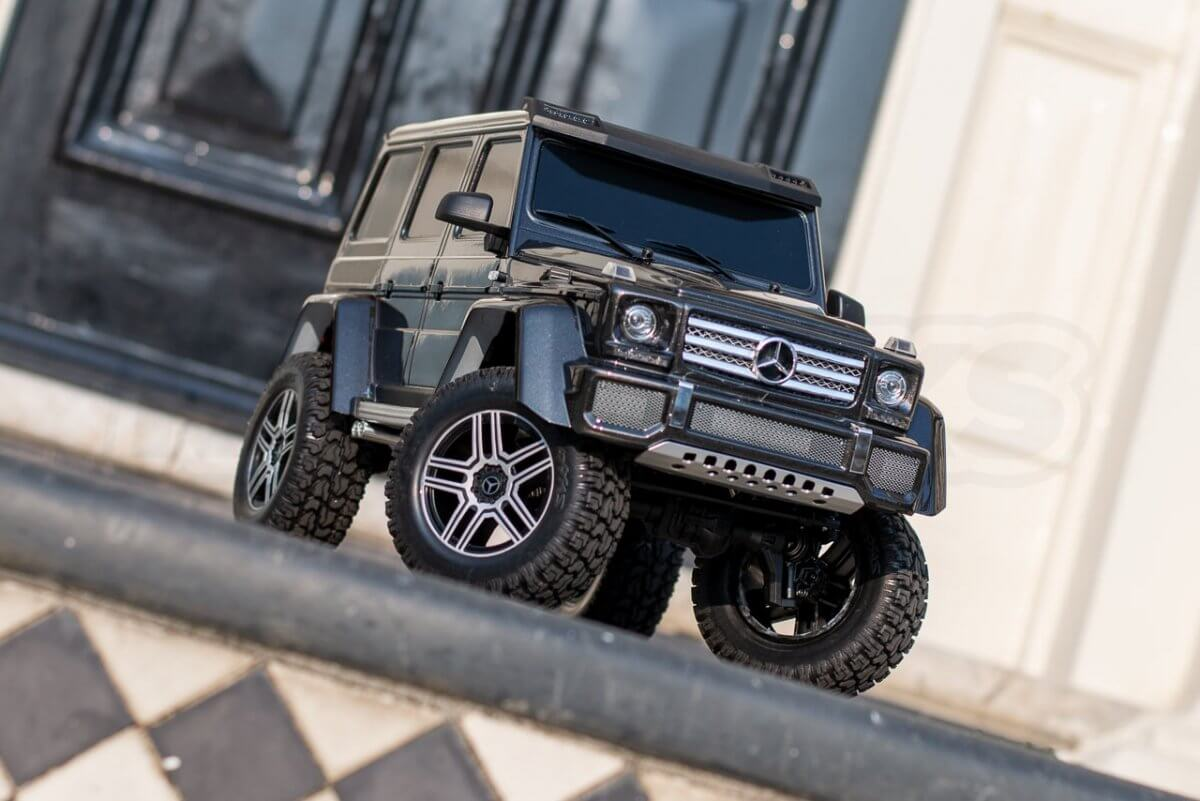 Traxxas TRX 4 Mercedes Benz G500 G wagon unxboxing review doorstep plants front corner angled