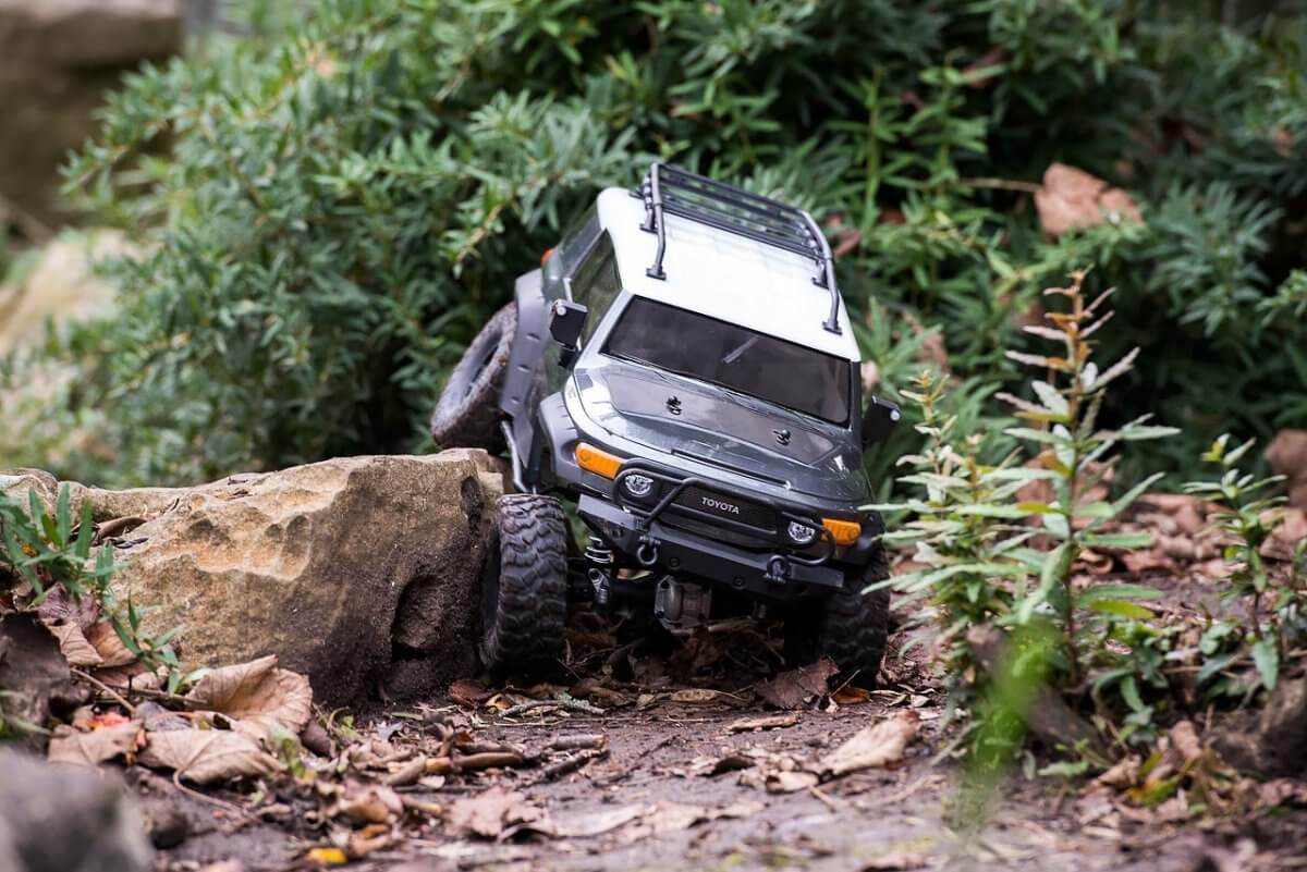 hpiracing venture toyota fj on the move on rocks