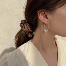 Carregar imagem no visualizador da galeria, Oval Baby Pearl Hook Earrings