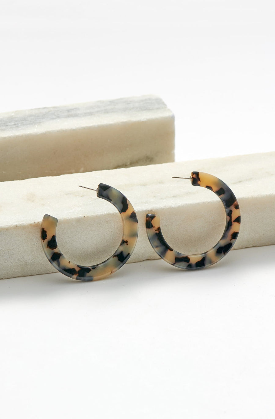 Medium Circular Hoop Earrings-white tortoise