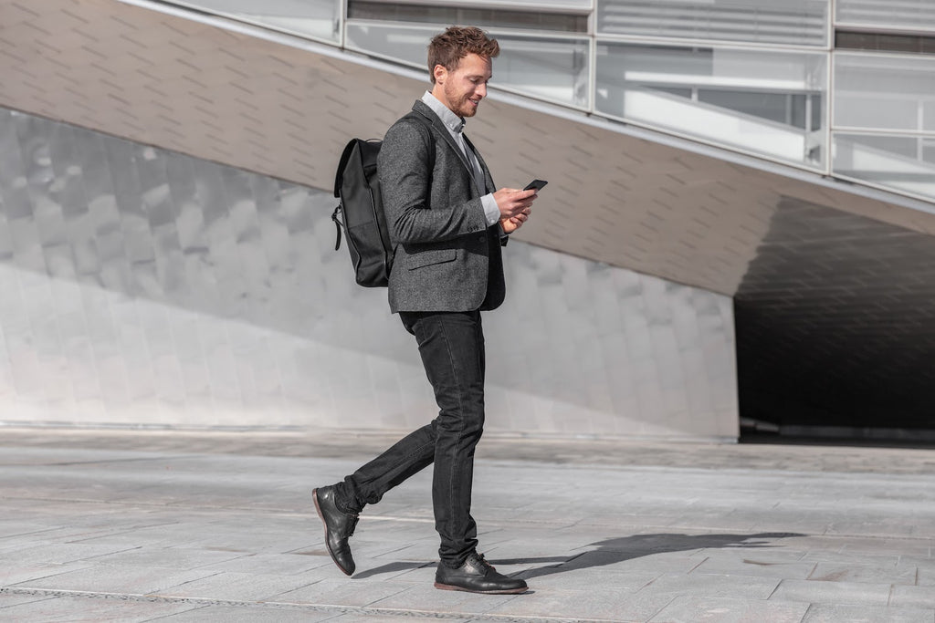 Gifts for business travelers: Man in a suit with a backpack