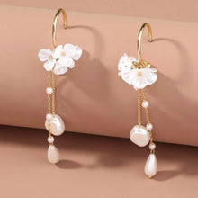 Load image into Gallery viewer, Faux pearl flower earings