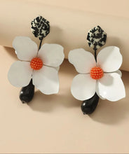 Load image into Gallery viewer, Flower charm earings