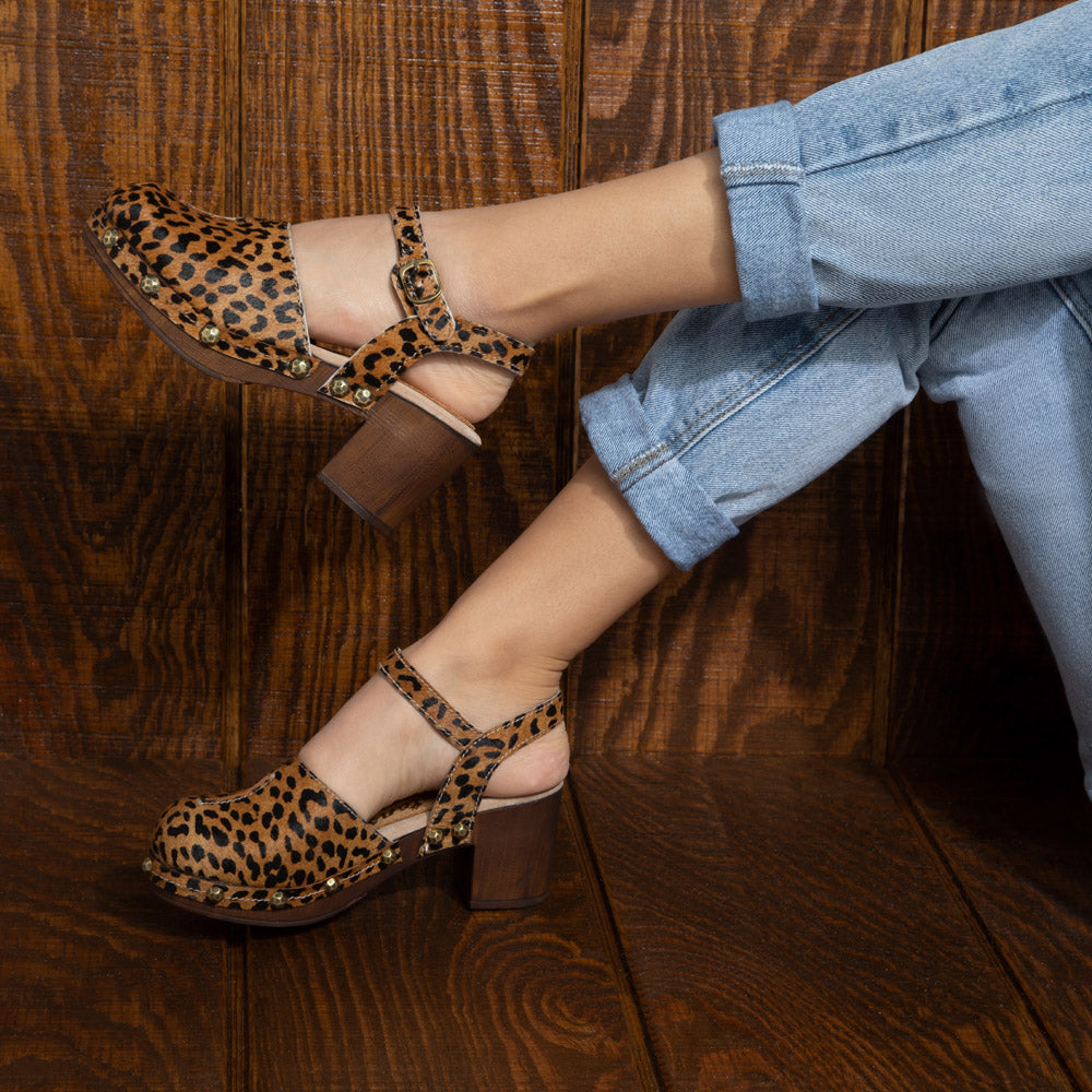 Betty vintage clogs in Leopard suede