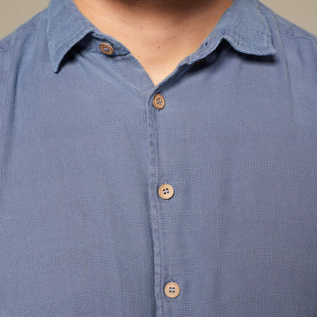 Fortmens model wearing Replika soft and light short sleeve shirt in indigo blue - close up