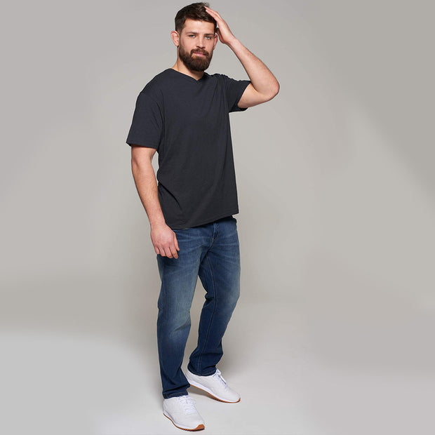 Fortmens model - V-neck t-shirt - full body view