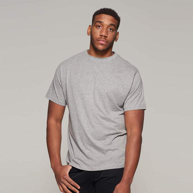 Fortmens model wearing North 56°4 grey round neck t-shirt - front view angle