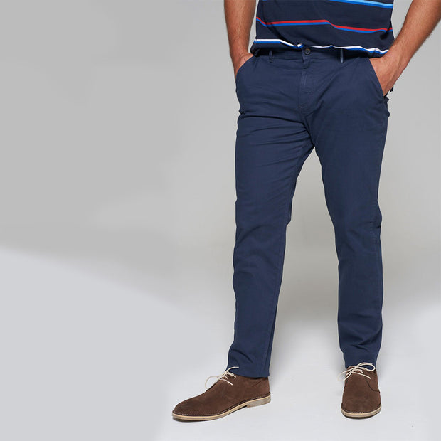 Fortmens model wearing a Redpoint Chino Odessa Chino in Navy, front view