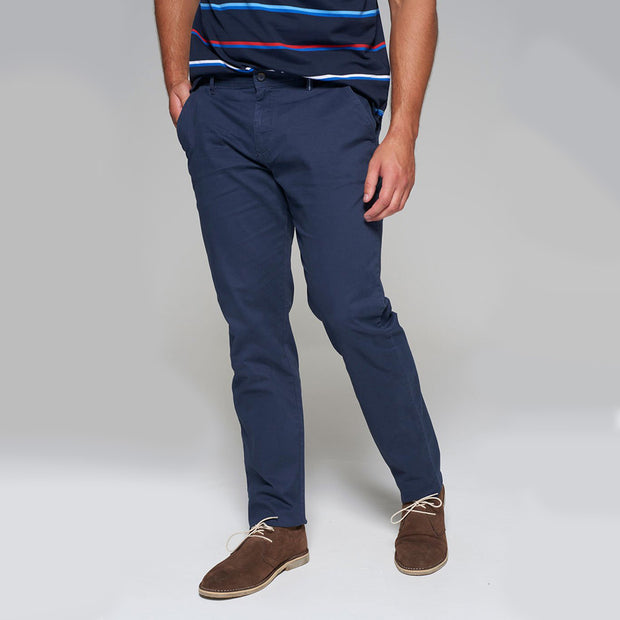 Fortmens model wearing a Redpoint Chino Odessa Chino in Navy, front view hand in pocket