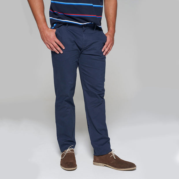 Fortmens model wearing a Redpoint Chino Odessa Chino in Navy, side view