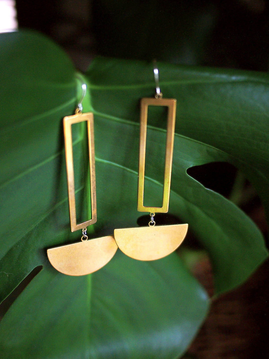 desert queen. one pair large bold modern raw brass pendulum dangle earrings.