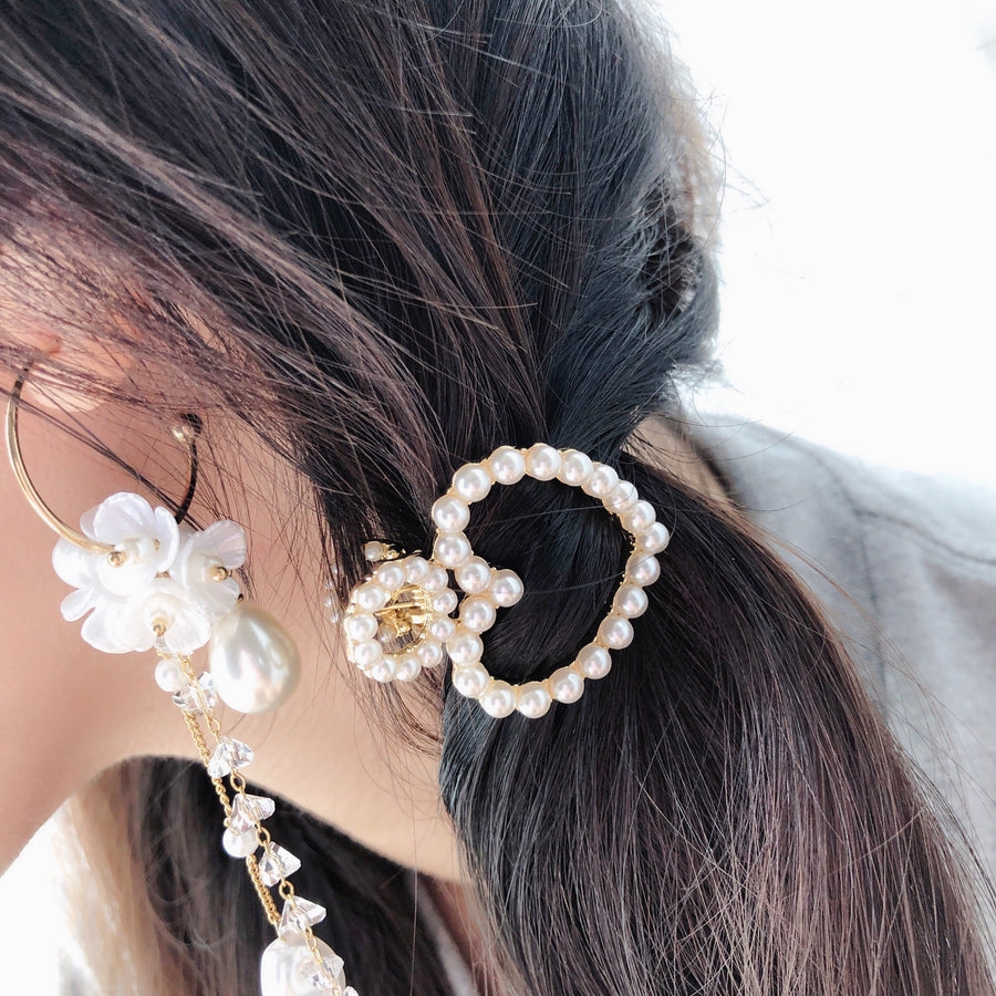 Let your hair get exciting with the spring or summer hair barrettes! Not afraid to play around for the warmer seasons, primarily opting for playful and bright colour.  Made of steel hair clip Embellishment of Creamy Faux Pearls Size : 4.5cm*3.5cm Packaging : Includes a tag Made in Korea
