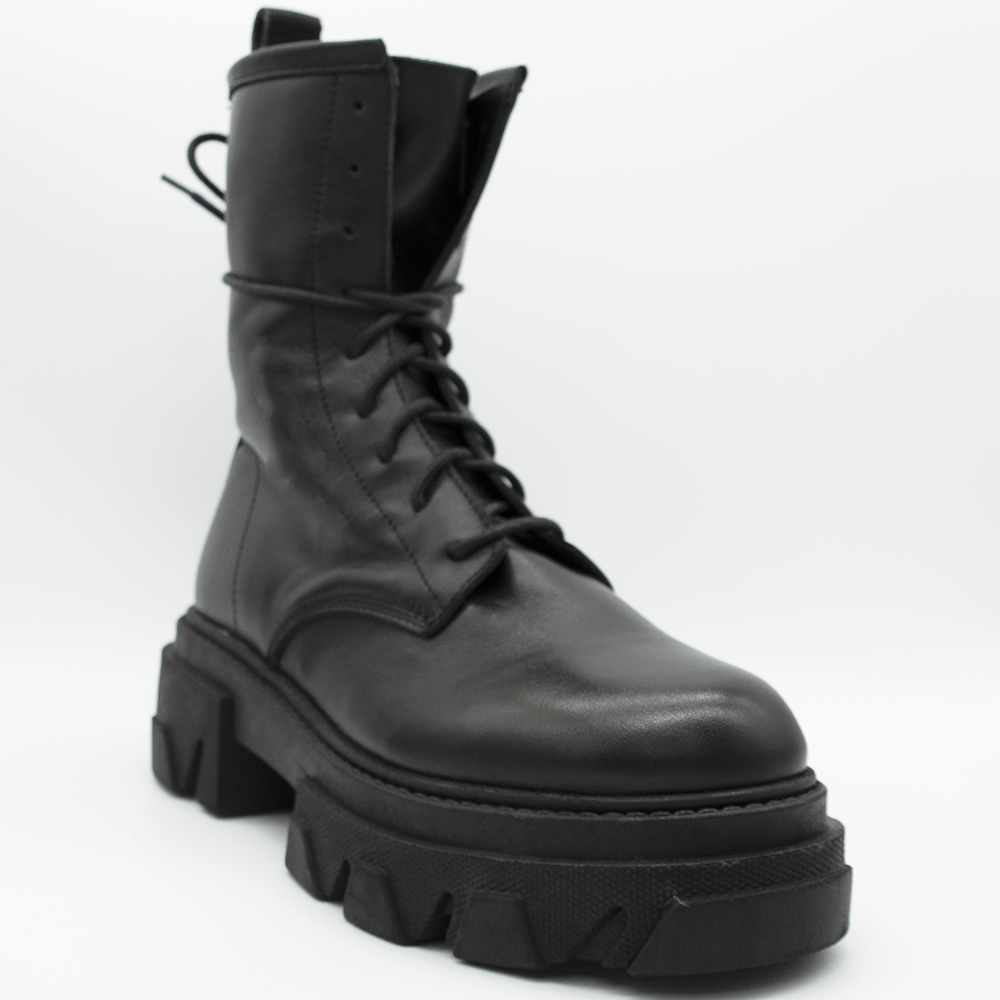 TR1012 ANKLE BOOTS IN BLACK CALFSKIN.