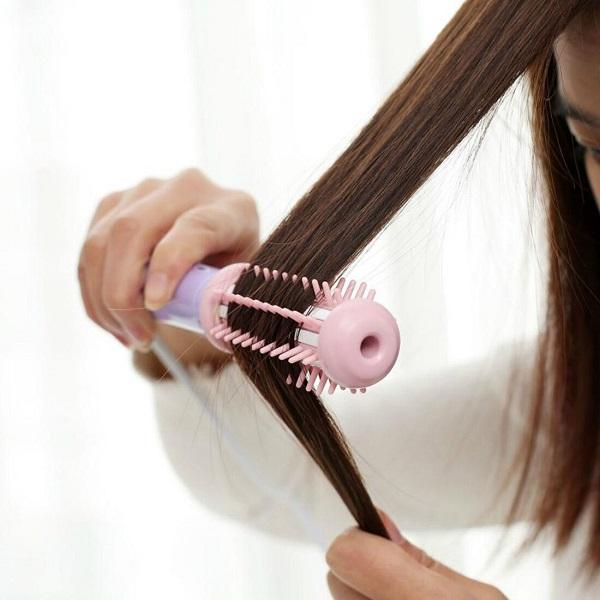 Girl using Cutesy Mini Curling & Volumizing Brush on her hair