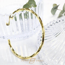 Load image into Gallery viewer, Twisted triangle bangle in gold