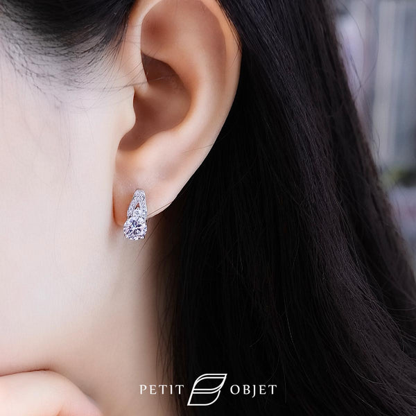18 k white gold earrings with V shape diamond decoration and round diamonds