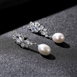 Earrings with 15 graduated diamonds and oral pearls