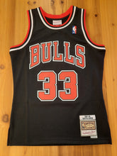 Laden Sie das Bild in den Galerie-Viewer, Chicago Bulls Scottie Pippen Mitchell&Ness 2.0 Jersey black